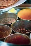 Круглый контейнер для специй - с имбирем и roti - варить индийскую еду стоковая фотография rf