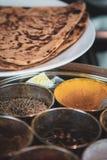 Круглый контейнер для специй - с имбирем и roti - варить индийскую еду стоковое фото rf
