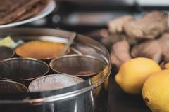 Круглый контейнер для специй - с имбирем и roti - варить индийскую еду стоковые фотографии rf