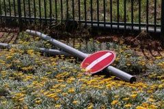 Круглый красный и белый знак уличного движения Стоковое фото RF