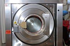 Круглый люк загрузки промышленной стиральной машины стоковая фотография