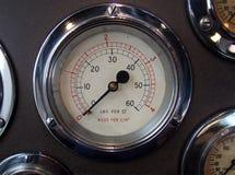 Круглый манометр металла с сияющим хромом окружает на пульте управления с другими метрами стоковая фотография rf
