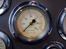 Круглый манометр металла с сияющим хромом окружает на пульте управления с другими метрами стоковая фотография