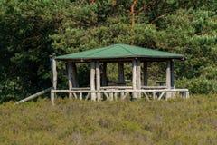 Круглый павильон барбекю с зеленой крышей стоковые фото