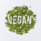 Круглый состав различных зеленых овощей с литерностью бумаги vegan на серой предпосылке с космосом экземпляра Здорово иллюстрация вектора