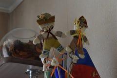 Круглый танец - фольклорная тряпичная кукла с его руками стоковая фотография