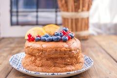 Круглый торт губки с ягодами смородины и голубики на деревянном столе Открытый космос для текста печь домодельный стоковое изображение