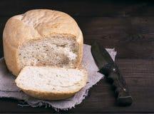 Круглый хлеб дрожжей и кухонный нож Стоковое фото RF