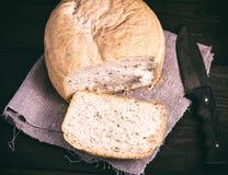 Круглый хлеб дрожжей и кухонный нож Стоковое Изображение