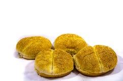 4 круглых больших плюшки гамбургера усаживают вне готовое для еды Стоковая Фотография RF