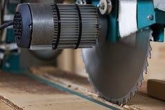 Круговая деревянная пила жужжания для древесины стоковые изображения rf