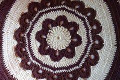 Круговая коричневая и белая картина вязания крючком для handmade подушки Стоковые Фотографии RF