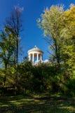 Круговой приданный куполообразную форму памятник с колоннадой Стоковая Фотография