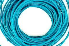 Круговые петли яркого голубого провода веревочки изолированного против белого w Стоковое Изображение