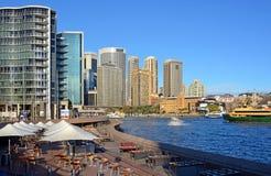 Круговые рестораны & бары набережной осмотренные от оперного театра Стоковые Фотографии RF
