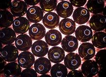 Круговые строки коричневых бутылок цвета стоковая фотография rf