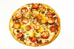 Круглая пицца с мясом и зелеными цветами стоковые фотографии rf