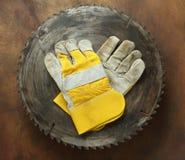 Круглая пила и перчатки Стоковое Фото