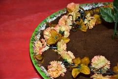 Круглая плита с айвой на красной предпосылке Стоковая Фотография