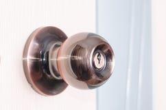 Круглая ручка двери с защелкой на предпосылке розовой двери Стоковое Изображение