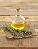 Круглая стеклянная бутылка масла с травами Стоковое Изображение RF