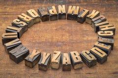 Круг алфавита в винтажном типе древесины letterpress Стоковая Фотография RF