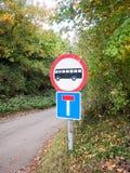 Круг дорожного знака красный и белый с силуэтом и мертвым концом шины Стоковое Изображение RF