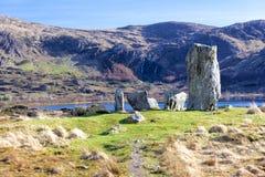 Круг камня Uragh озером и водопадом Стоковое фото RF