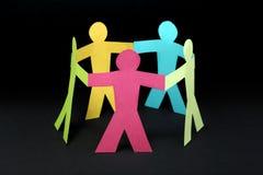 Круг красочных бумажных людей на черной предпосылке Стоковые Изображения
