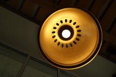 Круг нижнего взгляда тени лампы шарика лампы яркий ретро медный для интерьера стоковое фото rf
