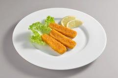 Круглое блюдо при зажаренные ручки рыб филе обвалянные в сухарях и Стоковые Изображения RF
