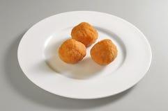 Круглое блюдо с зажаренными обвалянными в сухарях шариками риса Стоковое фото RF