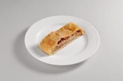 Круглое блюдо с куском штрудели Стоковая Фотография RF