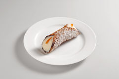 Круглое блюдо с сицилийским cannoli Стоковые Фото
