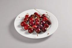 Круглое блюдо с частью вишен Стоковые Фотографии RF