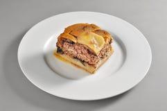 Круглое блюдо с частью греческого moussaka стоковая фотография
