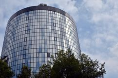 Круглое стеклянное здание Стоковые Изображения RF
