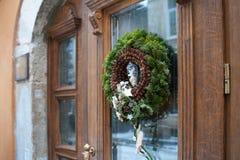 Круг орнамента рождества ветвей ели на двери Стоковые Фото