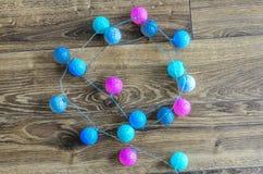 Круг покрасил шарики с проводом, гирляндой на праздник стоковые изображения rf