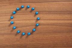 Круг друзей, концепция figurine на деревянной таблице Стоковое Фото