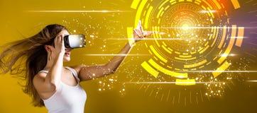 Круг техника цифров при женщина используя шлемофон виртуальной реальности стоковое фото