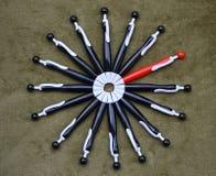 Круг черных ручек шариковой авторучки с красное одним Стоковые Фотографии RF