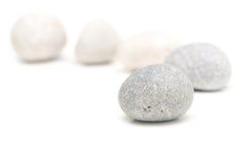 Круглые камни на белизне стоковая фотография