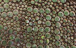 Круглые отверстия в старой решетке на предпосылке зеленых листьев Стоковые Фотографии RF