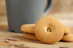 Круглые печенья на таблице Стоковые Фото