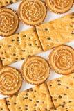 Круглые печенья с семенами сезама и печенья с шоколадом top Стоковые Фотографии RF