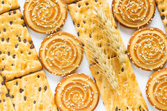 Круглые печенья с семенами сезама Квадратные печенья с шоколадом Стоковые Фото