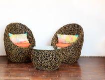 Круглые плетеные стулья с стеклянным столом Стоковые Фотографии RF