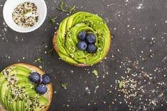 Круглые плюшки для завтрака с авокадоом в форме розы с соусом югурта с разнообразие seedsAgainst сезама Стоковые Изображения RF