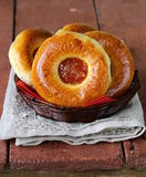 Круглые сладостные плюшки с вареньем яблока Стоковое Изображение RF